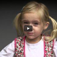 Vídeo com crianças experimentando o primeiro gosto