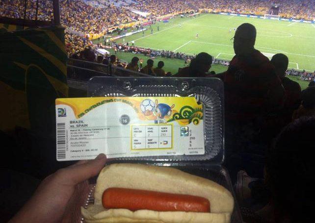 Inacreditável esse cachorro quente que está sendo vendido nos estádios. Imagina na Copa…
