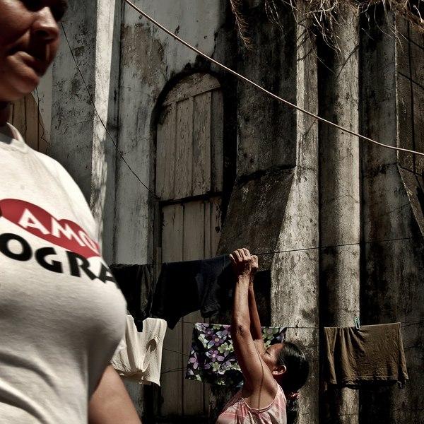 População usando as paredes da ruína da Cachoeira Grande para usa-las como varal. Foto: Fernanda Preto