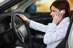 Listamos os hábitos que podem tirar a atenção do motorista no trânsito pra você ficar ligado e não causar acidentes
