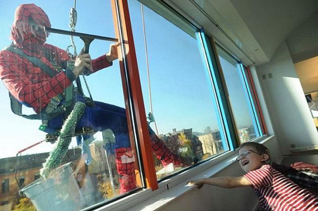 Super-heróis limpam janelas de hospital infantil / Foto : Divulgação