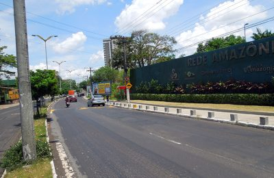 Blocos de concreto na Avenida André Araújo. foto: Marcus Pessoa