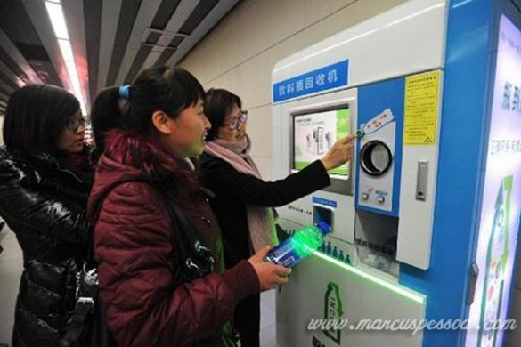 Lá em Pequim é possível pegar o metrô com uma garrafa PET