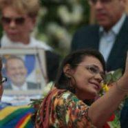 Mulher tira selfie ao lado do caixão de Eduardo Campos e vira piada