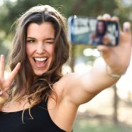 A selfie é uma adaptação para a palavra self, que indica uma coisa feita pela própria pessoa
