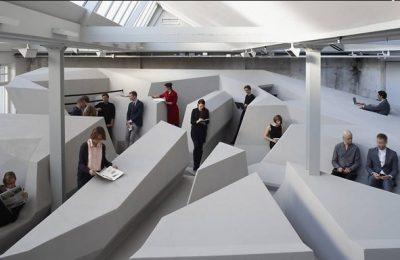 Empresa sugere escritório sem cadeiras e sem mesas