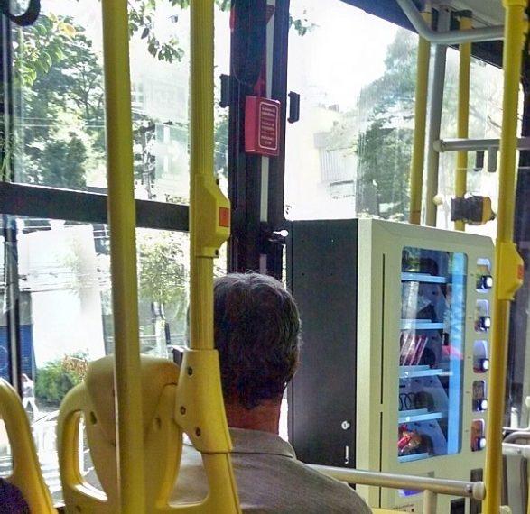 Máquina de doces e guloseimas em ônibus