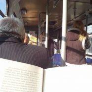 Transporte público gratuito para passageiros que leem livros no trajeto