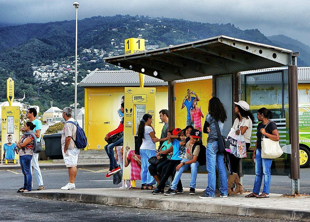 Moradores em parada de ônibus na cidade portuária de Saint Denis. O acesso à informação sobre o trânsito em tempo real ajuda a reduzir os tempos de espera e aumentar o número de passageiros. Foto: Miwok/Flickr