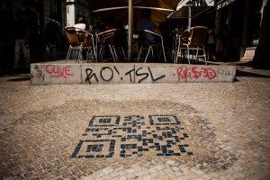 QR Code em calcadas da resposta e informacoes turísticas sobre o local