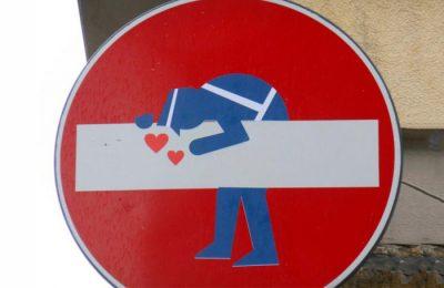 Artista faz intervenções divertidas em placas de trânsito pelo mundo