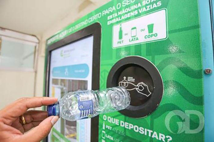 Prefeitura instala máquinas que trocam recicláveis por créditos para celular e cartão transporte