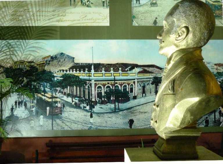 """Eduardo Ribeiro (busto) """"admira"""" a esquina famosa de Manaus: av Eduardo Ribeiro com Sete de Setembro / Foto : Blog do Coronel Roberto"""