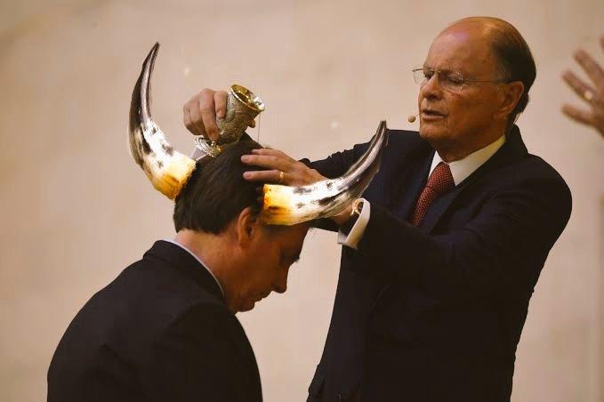 """""""Calma meu filho, com um pouco de sorte ninguém vai perceber! """" #BolsonaroCorno"""