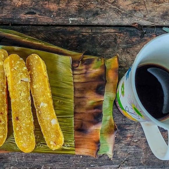pé de moleque com castanha e café preto